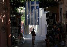 L'économie grecque s'est contractée bien plus que prévu durant les trois derniers mois de 2016, après deux trimestres consécutifs de croissance. Le produit intérieur brut (PIB) corrigé des variations saisonnières est ressorti en repli de 1,2% au quatrième trimestre. /Photo d'archives/REUTERS/Yiannis Kourtoglou
