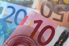 IMAGEN DE ARCHIVO. En la imagen billetes del euro. 25 de abril 2014. El euro caía el lunes luego de que el ex primer ministro francés Alain Juppé declaró que no competirá en las elecciones presidenciales de su país, lo que podría aumentar las probabilidades de una victoria de la candidata de extrema derecha Marine Le Pen.   REUTERS/Dado Ruvic/Illustration/File Photo