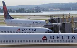 Delta Air Lines a réduit lundi sa prévision de marge opérationnelle pour le trimestre en cours, du fait d'une hausse de ses coûts, et a dit s'attendre à ce que son revenu unitaire par passager se situe à la limite inférieure de ses objectifs. /Photo d'archives/ REUTERS/Joshua Roberts