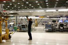 Les commandes à l'industrie ont augmenté pour un deuxième mois consécutif en janvier aux Etats-Unis, où le redressement du secteur manufacturier semble se confirmer avec la hausse des cours des matières premières, qui stimule la demande d'équipements. /Photo prise le 13 février 2017/REUTERS/Jason Redmond