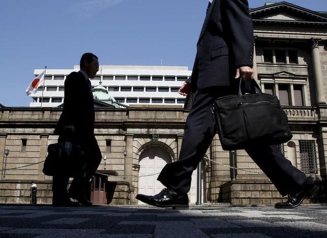3月7日、日銀の政井審議委員は、日本経済の下振れリスクが低下しているとの認識を示した。写真は都内の日銀前で昨年3月撮影(2017年 ロイター/Yuya Shino/File Photo)