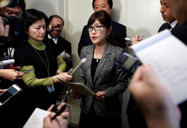 3月7日、稲田朋美防衛相(写真中央)は閣議後会見で、北朝鮮の弾道ミサイル発射が在日米軍への攻撃を想定した訓練だったとの朝鮮中央通信の報道について、「新たな脅威の段階に入っていることが明確になった」と語った。写真は都内で6日撮影(2017年 ロイター/Issei Kato)