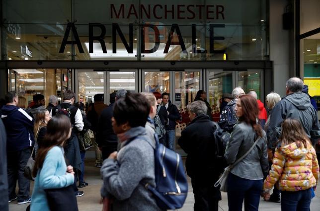 3月7日、英小売協会(BRC)が発表した2月の小売売上高は前年同月比0.4%減となった。写真はショッピングセンターに入ってゆく買い物客。英国マンチェスターで2月撮影(2017年 ロイター/Phil Noble)
