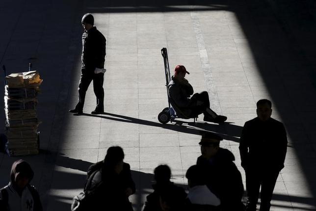 3月6日、中国は経済成長の減速で、労働力の流動性を高める改革が必要になっている。写真は鉄道職員ら。北京の駅で2月撮影(2017年 ロイター/Damir Sagolj)