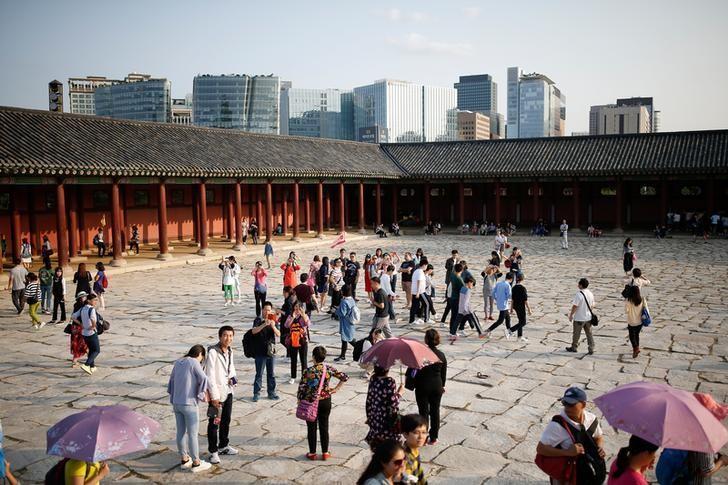 2016年10月,首尔景福宫的中国游客。REUTERS/Kim Hong-Ji