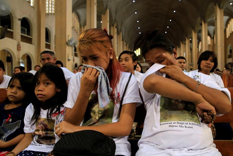 Families with slain loved ones who they say were killed due to alleged involvement in illegal drugs, weep during a Holy Eucharist mass against extra-judicial killings (EJK) inside a Roman Catholic Church in Paranaque city, metro Manila, Philippines March 2, 2017. REUTERS/Romeo Ranoco