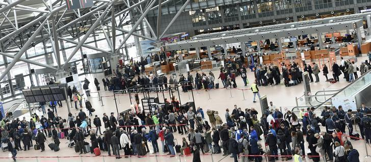 Passengers queue up in a terminal during a strike of security employees at the airport Fuhlsbuettel in Hamburg, February 9, 2015. REUTERS/Fabian Bimmer