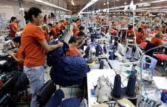 Trabajadores paraguayos trabajan en una fábrica que produce vestuario para la minorista brasileña Riachuelo en Limpio. 20 de diciembre de 2016. La economía paraguaya creció un 3,4 por ciento interanual en el cuarto trimestre del año pasado impulsada por la construcción y las manufacturas, pero se contrajo un 0,3 por ciento frente al trimestre inmediatamente anterior, informó el martes el Banco Central. REUTERS/Jorge Adorno