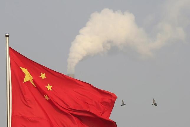 3月8日、中国は7日、無人探査機「嫦娥5号」を年内に打ち上げ、月面サンプルを持ち帰る計画を明らかにした。写真は中国国旗。上海で2015年1月撮影(2017年 ロイター/Aly Song)