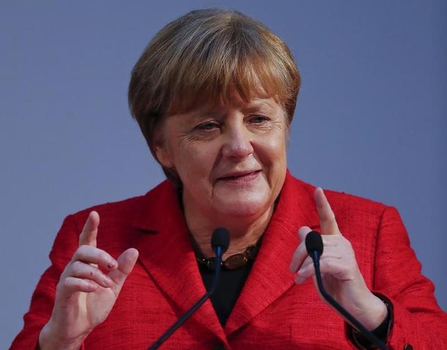 3月8日、9月に連邦議会選を控えるドイツで、中道左派の社会民主党の支持率が32%に小幅上昇し、メルケル首相率いる保守のキリスト教民主・社会同盟との支持率の差が1%ポイントに縮小したことが、同日に発表された最新の世論調査で明らかになった。ベルリンで6日撮影(2017年 ロイター/Fabrizio Bensch)