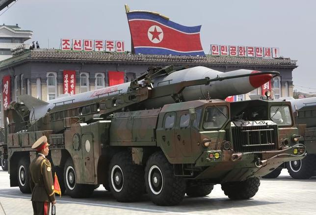 3月8日、北朝鮮の弾道ミサイル開発の進展を受け、政府・与党内で敵基地攻撃能力の保有議論が再び活発化してきた。写真は北朝鮮の軍事パレード、2013年7月平壌で撮影(2017年 ロイター/Jason Lee)