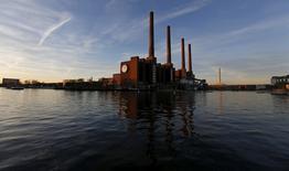 En la imagen, una fábrica de Volkswagen en Wolfsburgo, Alemania, el 8 de diciembre de 2015. La producción industrial alemana creció más de lo esperado en enero, impulsada por la fuerte demanda de maquinaria, vehículos y otros bienes de capital, según datos conocidos el miércoles, sugiriendo que la mayor economía europea comenzó el 2017 con buen pie.  REUTERS/Carl Recine/File Photo