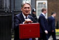 El ministro de Finanzas británico, Philip Hammond, posa fuera de su residencia en el 11 de Downing Street antes de presentar el presupuesto a la Cámara de los Comunes en Londres. 8 de marzo de 2017. REUTERS/Stefan Wermuth