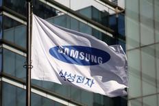 Imagen de archivo de una bandera con el logo de Samsung Electronics en su sede central en Seúl, Corea del Sur. 29 noviembre 2016. Samsung planea expandirse en Estados Unidos y trasladará una planta manufacturera desde México hacia el vecino del norte, dijo el miércoles el diario The Wall Street Journal citando fuentes. REUTERS/Kim Hong-Ji
