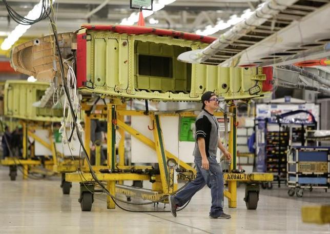 3月8日、第4・四半期の米労働生産性は年率換算で前期比1.3%上昇した。写真はワシントン州のボーイング工場、2月13日撮影。(2017年 ロイター/JASON REDMOND)