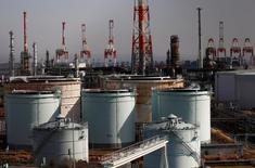 Una refinería petrolera en Yokohama. 7 de febrero de 2017. Los precios del petróleo se desplomaron un 5 por ciento a su menor nivel del año, después de que la Administración de Información de Energía (EIA) dijo que los inventarios en Estados Unidos subieron por novena semana seguida, lo que aumentó el temor a que el exceso de oferta se mantenga pese al acuerdo de la OPEP para recortar el bombeo. REUTERS/Kim Kyung-Hoon