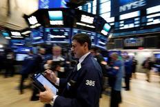 Operadores trabajando en la bolsa de Wall Street en Nueva York, mar 8, 2017. El índice S&P 500 y el Promedio Industrial Dow Jones cayeron el miércoles en la bolsa de Nueva York arrastrados por el sector energético, que sufrió su mayor descenso en casi seis meses.  REUTERS/Brendan McDermid