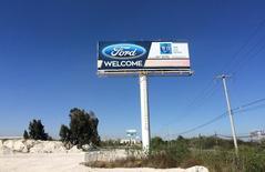 Una valla de Ford Motor dando la bienvenida en un parque industrial en San Luis Potosí, México, 4 de enero de 2017. REUTERS/Christine Murray