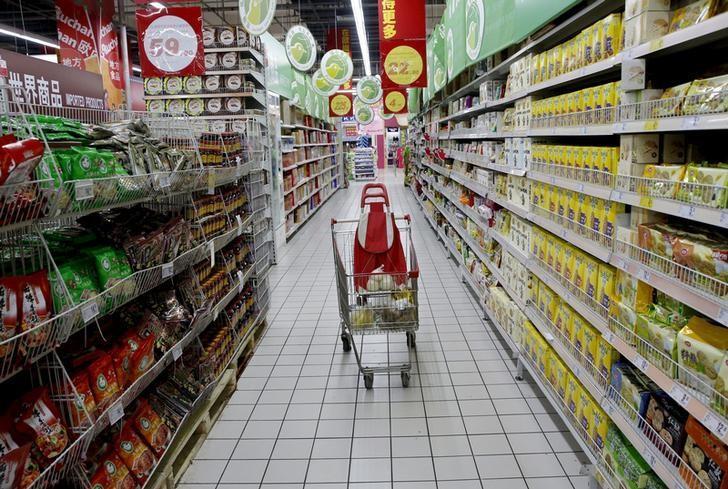 图为2015年11月资料图片,显示北京一家超市。REUTERS/Kim Kyung-Hoon