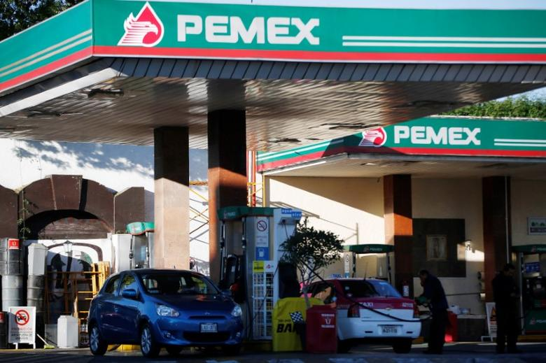 Vehicles are seen next to fuel pumps at a Pemex gas station in Mexico City, Mexico, February 18, 2017. REUTERS/Jose Luis Gonzalez