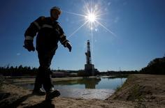 Un trabajador camina cerca de una plataforma de perforación en  Nefteyugansk. 4 de agosto de 2016. Los actores globales que intentaron impulsar el mercado de petróleo levantaron finalmente la bandera blanca el miércoles, provocando el mayor desplome en un año por el temor a que sigan los altos niveles de los inventarios pese a los recortes de producción. REUTERS/Sergei Karpukhin