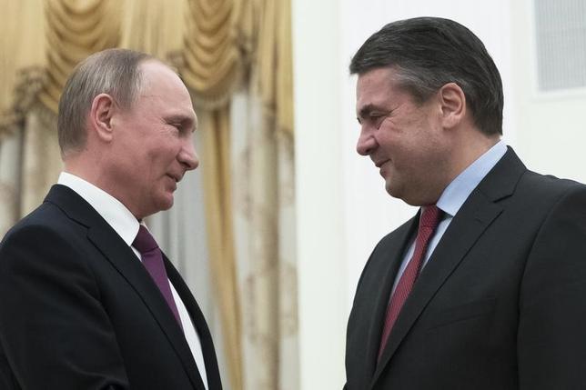 3月9日、ドイツのガブリエル外相(写真右)は、訪問先のモスクワで、ロシアによるバルト海周辺や同国西端での軍事力増強や米国の軍事費増額に懸念を示し、再び軍拡競争の悪循環に陥る可能性があると警告した。写真左はロシアのプーチン大統領(2017年 ロイター/Pavel Golovkin)
