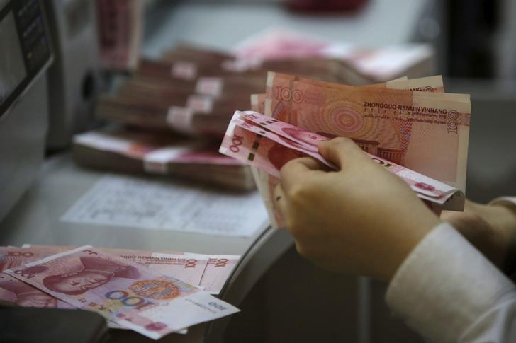 2016年4月资料图片,北京一家银行的雇员在清点人民币纸币。REUTERS/Kim Kyung-Hoon