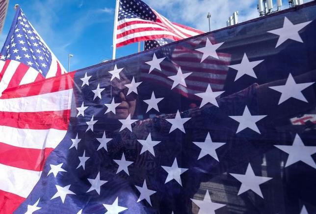3月10日、韓国の憲法裁判所が朴槿恵大統領の罷免を言い渡したことを受け、米国大使館の報道官は、米国は次期大統領との「生産的な関係」を期待するとの立場を表明した。写真の米国旗はカリフォルニア州ロサンゼルスで2月撮影(2017年 ロイター/Ringo Chiu)