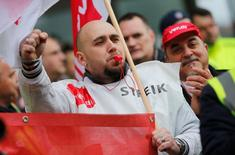 Участники забастовки в берлинском аэропорте Тегель. Почти все рейсы двух аэропортов Берлина отменены в пятницу из-за забастовки наземного обслуживающего персонала, требующего увеличения заработной платы с 11 до 12 ($12,71) евро в час.  REUTERS/Hannibal Hanschke