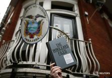 Сторонник основателя WikiLeaks Джулиана Ассанжа держит экземпляр книги The WikiLeaks Files у посольства Эквадора в Лондоне. 5 февраля 2016 года. WikiLeaks предоставит технологическим компаниям эксклюзивный доступ к хакерским инструментам ЦРУ, чтобы они могли устранить бреши в своих продуктах, сказал в четверг основатель портала Джулиан Ассанж. REUTERS/Peter Nicholls