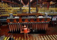 Imagen de archivo de un trabajador de la minera Escondida revisando los cátodos de cobre en la planta de la compañía, en Antofagasta, Chile. 31 de marzo 2008.El cobre subía el viernes después de seis sesiones consecutivas con caídas, debido a un freno en el alza de los inventarios y a que trabajadores comenzaron una huelga en la mina Cerro Verde en Perú, lo que aumentó los temores sobre los suministros.REUTERS/Ivan Alvarado/File Photo