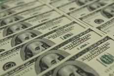 En la imagen billetes de 100 dólares en el banco OTP en Budapest. 23 de noviembre 2011.El dólar caía el viernes después de que un reporte laboral  mostró que los salarios subieron en Estados Unidos menos de lo esperado en febrero, golpeando las expectativas de una serie de alzas de tasas de interés este año.REUTERS/Laszlo Balogh