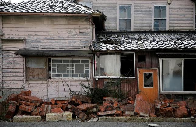 3月8日、福島第1原発事故の放射能汚染で住民が町を去ってから6年近くが経過した今、福島県浪江町ではようやく人の気配が復活する兆しが見えつつあるが、帰還の足取りは重い。写真は震災で損壊した家屋。同町で2月撮影(2017年 ロイター/Toru Hanai)