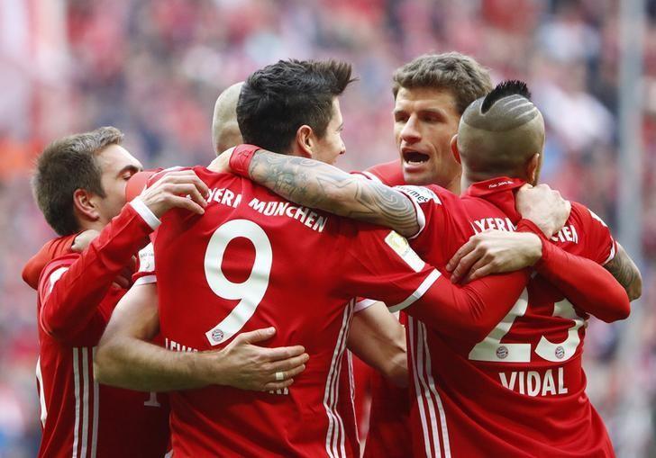 Football Soccer - Bayern Munich v Eintracht Frankfurt - German Bundesliga - Allianz Arena, Munich, Germany - 11/03/17 - Bayern Munich's Robert Lewandowski celebrates his goal with his teammates. REUTERS/Wolfgang Rattay