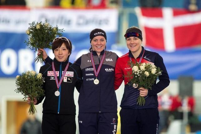 3月11日、スピードスケートのW杯最終戦、女子500メートルでは小平奈緒が37秒14で優勝。出場した7レース全勝とし、2季ぶりの種目別総合優勝を達成した。写真左は1000メートルで2位に入った小平(2017年 ロイター/NTBScanpix/Carina Johansen/via REUTERS)