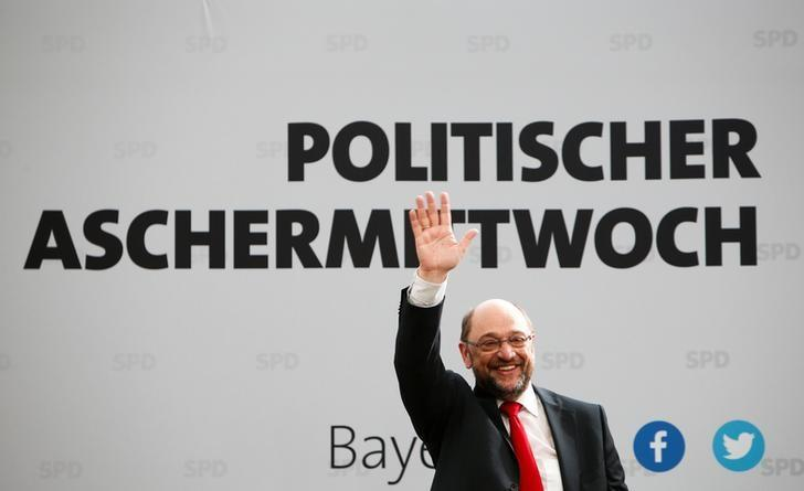 Social Democratic Party (SPD) leader Martin Schulz waves during a traditional Ash Wednesday meeting in Vilshofen, Germany, March 1, 2017. REUTERS/Michaela Rehle