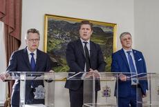 El gobernador del Banco Central de Islandia, Mar Gudmundsson; el primer ministro Bjarni Benediktsson y el ministro de Finanzas, Benedikt Johannesson, asisten a una rueda de prensa en Reikiavik. 12 de marzo de 2017. El Ministerio de Finanzas de Islandia dijo el domingo que la próxima semana el país levantantará lo que queda de los controles de capital que se introdujeron en la crisis financiera de 2008, eliminando las restricciones a hogares y negocios. REUTERS/Geirix