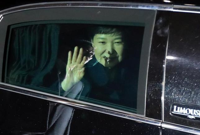 3月12日、韓国憲法裁判所から罷免を言い渡された朴槿恵・前大統領が青瓦台(大統領府)を退去した。支持者らに手を振る朴氏、聯合ニュース提供(2017年 ロイター)