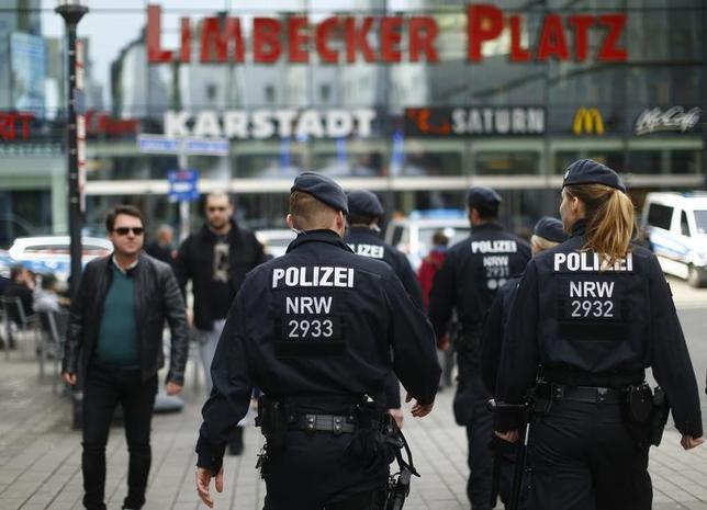 3月12日、ドイツのデメジエール内務相によると、警察当局が11日、西部エッセンの大型ショッピングセンターを狙った過激派組織「イスラム国」に関連するとみられる攻撃計画を阻止した。現場周辺を警備する警察隊、11日撮影(2017年 ロイター/Thilo Schmuelgen)