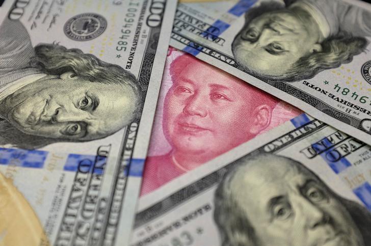 2016年1月拍摄的人民币和美元纸币。REUTERS/Jason Lee/File Photo