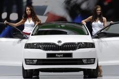 Автомобиль Skoda Rapid на Парижском автосалоне. 27 сентября 2012 года. Российское подразделение Volkswagen отзывает 43.151 автомобиль Skoda, сообщил в понедельник Росстандарт. REUTERS/Christian Hartmann