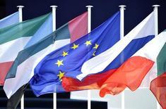 IMAGEN DE ARCHIVO: Banderas de los países del G20 en Cannes, Francia. 3 de noviembre 2011.  Los ministros de Finanzas de la Unión Europea dirán en la reunión del G-20 de esta semana que resistirán al proteccionismo y que se deben mantener las normas financieras implementadas tras la crisis del 2008.REUTERS/Dylan Martinez