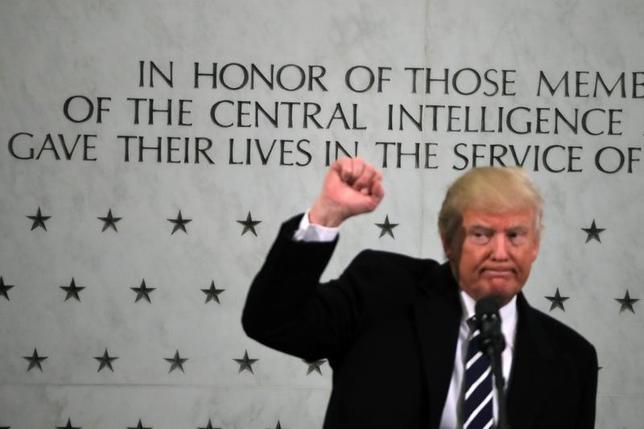 3月13日、トランプ米大統領が中央情報局(CIA)に対し無人機で過激派戦闘員と疑われる標的を攻撃する権限を与えたと、米紙ウォールストリート・ジャーナルが、関係者の話として報じた。写真はヴァージニア州ラングレーのCIAでスピーチを行ったトランプ米大統領。1月撮影(2017年 ロイター/Carlos Barria)