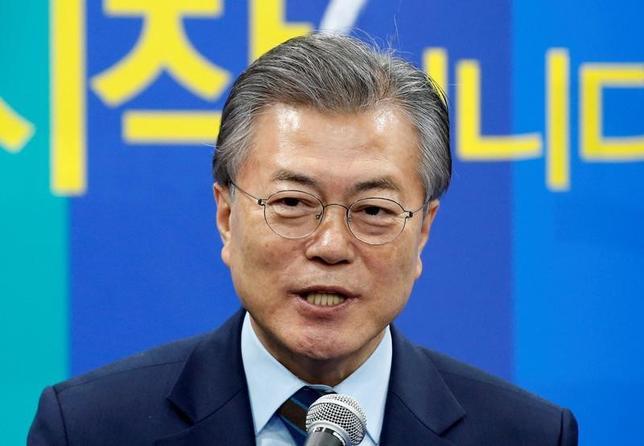 3月14日、韓国の次期大統領選の最有力候補とされる、最大野党「共に民主党」の文在寅前代表(写真)は、中国に対し、在韓米軍への最新鋭地上配備型迎撃システム「高高度防衛ミサイル(THAAD)」配備を巡り、韓国企業への経済報復をやめるよう要請した。ソウルで14日撮影(2017年 ロイター/Kim Kyung-Hoon)