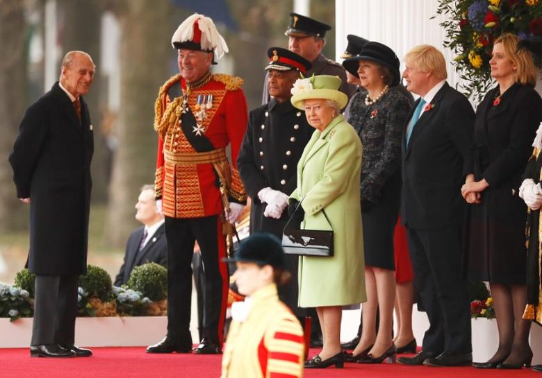 Britain's Queen Elizabeth and Prince Philip join Prime Minister Theresa May, Foreign Secretary Boris Johnson and Home Secretary Amber Rudd at a ceremonial welcome at Horse Guards Parade for Colombia's President Juan Manuel Santos and his wife Maria Clemencia de Santos, in central London, Britain November 1, 2016. The President is on a state visit to Britain.    REUTERS/Stefan Wermuth