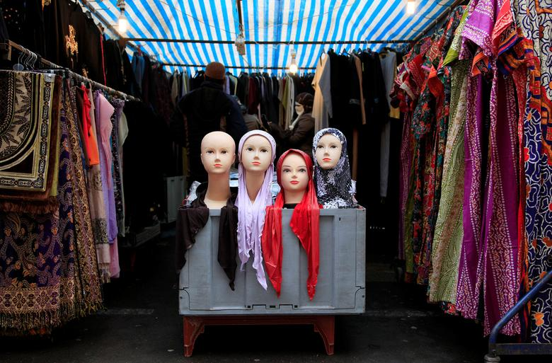 People look at a market stall selling the hijab in east London, Britain January 20, 2011. REUTERS/Stefan Wermuth/Files