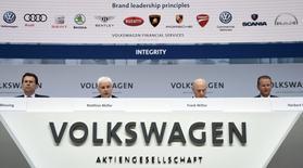 En la imagen, Müller y los miembros del consejo de administración Karlheinz Blessing, Frank Witter y Herbert Diess en rueda de prensa en Wolfsburgo el 14 de marzo de 2017.  La ganancia operativa de la principal marca de vehículos de Volkswagen cayó el año pasado, lo que expone los desafíos que todavía enfrenta la mayor automotriz del mundo, 18 meses después de un escándalo de emisiones que puso en jaque su reputación. REUTERS/Fabian Bimmer