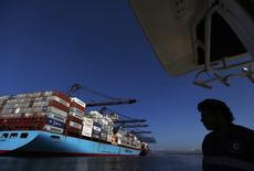 Un barco carguero en el puerto mexicano de Lázaro Cárdenas, nov 21, 2013. La actividad industrial de México subió un 0.1 por ciento en enero contra el mes previo y declive un 0.1 por ciento a tasa interanual, dijo el martes el instituto de estadísticas.  REUTERS/Edgard Garrido