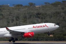 Un avión Airbus A330 de Avianca despega desde el aeropuerto Simón Bolívar de Caracas. Foto de archivo.La mayor organización que agrupa en Colombia a los pilotos de Avianca y la aerolínea buscan llegar a un acuerdo sobre aumento de salarios que permita normalizar las operaciones de la compañía después de que los tripulantes suspendieron los trabajos suplementarios, informaron el martes las partes. REUTERS/Carlos Garcia Rawlins.