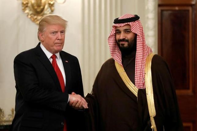 3月14日、トランプ米大統領(写真左)は、サウジアラビアのムハンマド・ビン・サルマン副皇太子(右)とホワイトハウスで会談した(2017年 ロイター/Kevin Lamarque)